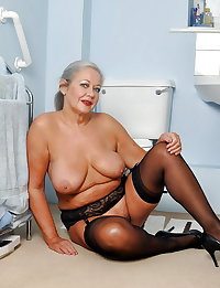 Mature womans in sexy lingerie!